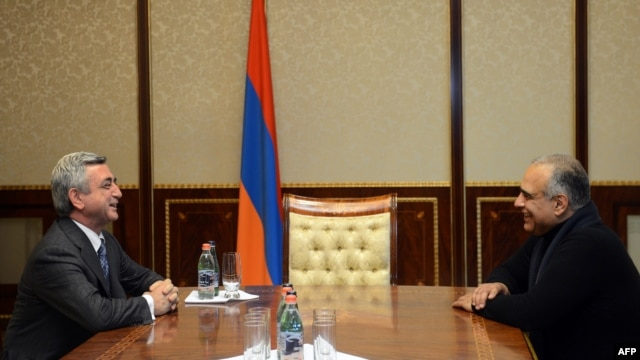 Armenian President Serzh Sarkisian (left) in a meeting with his top challenger, Raffi Hovannisian, in Yerevan on February 21.