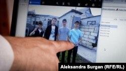 Qırımda 2014 senesi sentâbr ayında hırsızlanğan İslâm Cepparov (soldan birinci) ve Cevdet İslâmov (soldan üçünci)