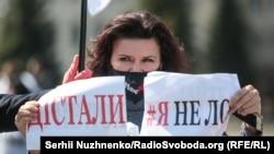 У Києві на майдані Незалежності декілька десятків людей, представників малого бізнесу вийшли на акцію протесту з вимогою дозволити роботу на період карантину