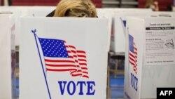Женщина на избирательном участке в Нью-Гэмпшире, США. Иллюстративное фото.