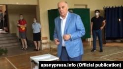 ოკუპირებული აფხაზეთის დე ფაქტო პრეზიდენტი ასლან ბჟანია სოხუმში ხმას აძლევს რუსეთის დუმის არჩევნებში