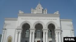 Türkmenistanyň Mollanepes adyndaky Studentler teatry. Aşgabat, awgust, 2009.