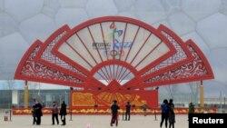 У инсталляции в виде веера с эмблемой зимних Олимпийских игр 2022 года в Пекине, 15 февраля 2015 года.