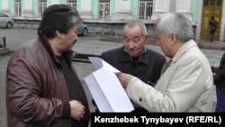 Слева направо поэты-писатели: Амирхан Мендеке, Темирхан Медетбек и Мереке Кулкенов. Алматы, 2 мая 2016 года.