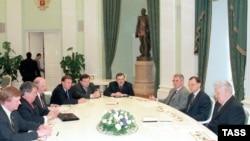 """Борис Ельцин (крайний справа) и """"его"""" олигархи. Совещание с крупными бизнесменами в Кремле, 1998 год"""
