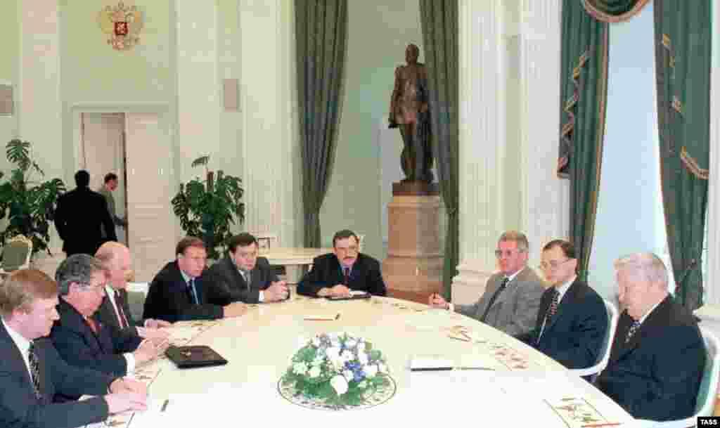 2 iyun 1998. Rusiya prezidenti Boris Yeltsin 10 öndə gedən bank sahibi və iş adamı ilə ölkədəki iqtisadi vəziyyəti müzakirə edir. Khodorkovsky də onların arasındadır.
