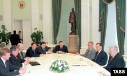 """Борис Ельцин и крупные предприниматели, которых иногда называли """"семибанкирщиной"""". Кремль, 1998 год"""