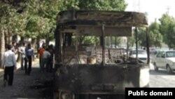 صحنه ای از اتوبوس آتش گرفته در جریان نا آرامی های یاسوج