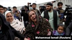 يوه افغانه سيکه د کورنۍ پر غم ژاړي
