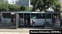 У автобусной остановки в Алматы.