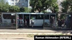 Разносчики рекламных газет садятся в автобус. Алматы, 17 июля 2017 года.