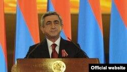Президент Армении Серж Саргсян выступает с поздравительной речью на официальном приеме по случаю Дня независимости Армении в спортивно-концертном комплексе имени Карена Демирчяна. Ереван, 21 сентября 2010 г.