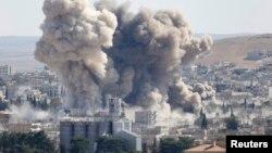 Pamje pas një sulmi ajror të Shteteve të Bashkuara kundër caqeve të militantëve të Shtetit Islamik në qytetin Kobani në Siri