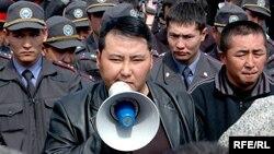 Кыргызский оппозиционный активист Нурлан Мотуев говорит в рупор.