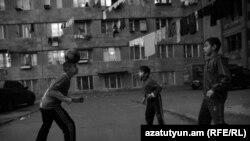 Երևանյան հանրակացարանում ապրող երեխաները խաղում են բակում, արխիվ։ Լուսանկարը՝ Կարեն Մինասյանի