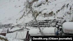 На Камчикском перевале оползень накрыл грузовой поезд.