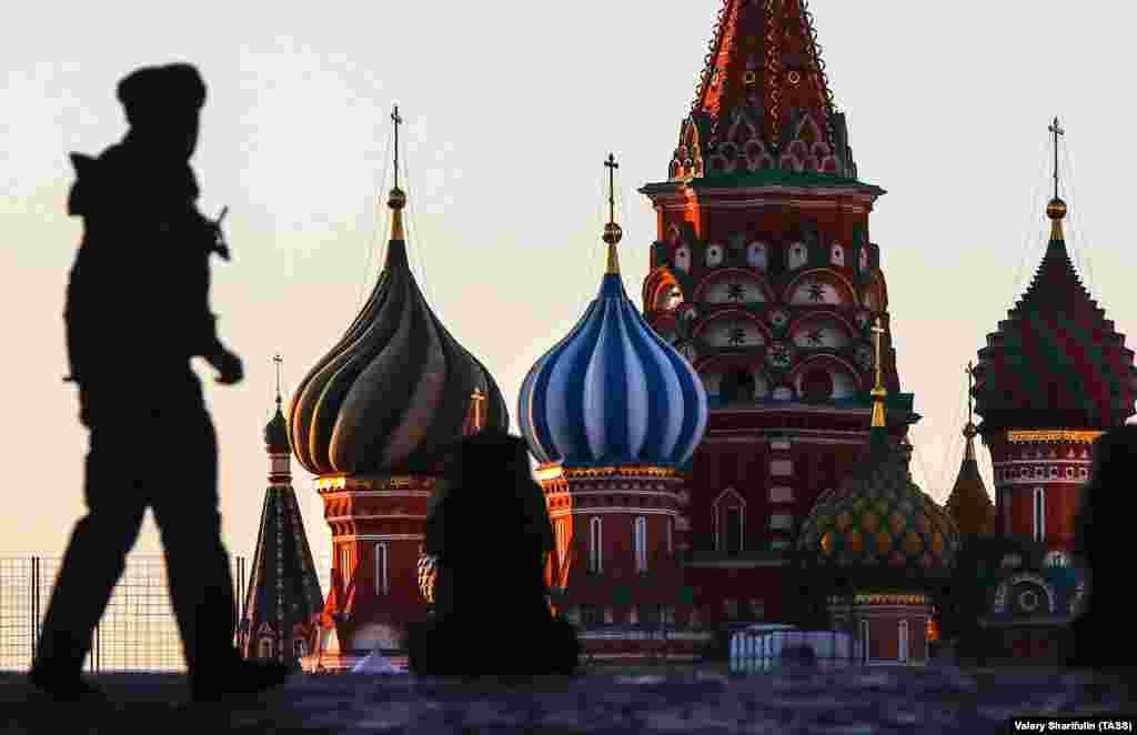 Көшеде кетіп бара жатқан полиция қызметкері. Мәскеу, Ресей.