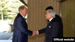 Президент Казахстана Нурсултан Назарбаев (слева) и император Японии Акихито. Токио, 7 ноября 2016 года.