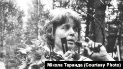 Першае шэсьце і мітынг у Курапатах 30 гадоў таму, 19 чэрвеня 1988 году. Фота Міколы Таранды. На фота - Мая Кляшторная