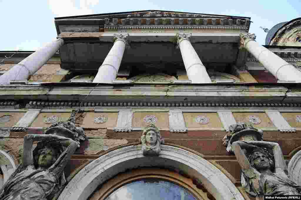 Smješten je u Vili Mandić, jednom od simbola austrougarske arhitekture sagrađene 1903. godine po projektu arhitekte Karla Paržika za sarajevskog advokata Nikolu Mandića.