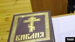 Библия на столе. Иллюстративное фото.