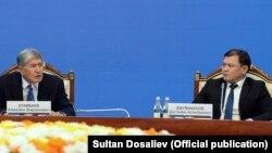 Алмазбек Атамбаев жана Дастанбек Жумабеков. Сүрөт 2017-жылы тартылган.