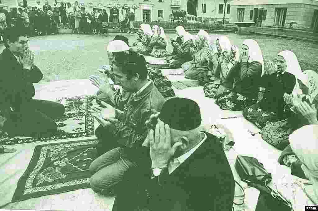 Ак яулыклы апалар милли хәрәкәтнең бер өлешен тәшкил итте, Казан, май 1991 - Василий Мартинков фотосы