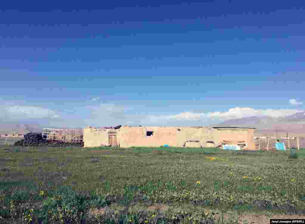 Культивированный участок земли, обрабатываемый бадахшанцами в селе Аличор Мургабского района. Памири переселились в это кыргызское село во времена строительства Памирского тракта между городми Ош и Хорог. Известно, что афганские кыргызы на другой стороне гор культивировали землю, но из-за краткости вегетационного периода здесь можно выращивать только ячмень.