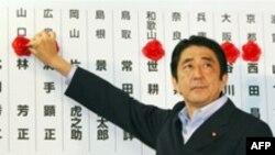شینزو ابه، نخست وزیر ژاپن گل رز بر روی نام هر یک از نمایندگان حزب خود که انتخاب شده است، می گذارد.