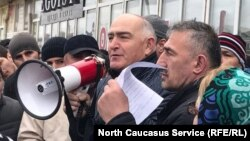 Алибег Алиев, уполномоченный главы Дагестана, обращается к протестующим, требующим восстановить сгоревший рынок