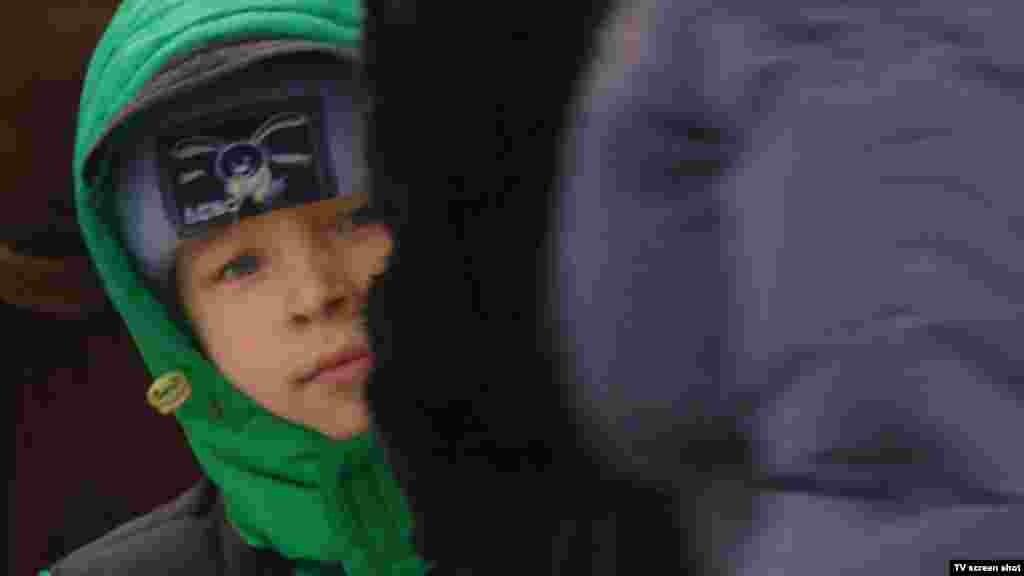 """Около полудня 1 февраля (по киевскому времени) между сепаратистами и украинскими военными была достигнута новая договоренность о """"режиме тишины"""". За время его действия сотрудники местной энергетической компании рассчитывали восстановить поврежденные при обстрелах электросети. Впрочем, уже спустя несколько часов власти Донецкой областизаявилио новом нарушении перемирия и обстреле бригады, выехавшей на ремонт ЛЭП."""