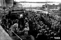 Красноармейцы отмечают победу на борту «Петропавловска».