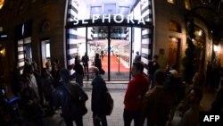 ازدحام مردم در مقابل فروشگاه سفورا در خیابان شانزه لیزه پاریس