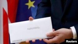 Եվրամիության խորհրդի նախագահ Դոնալդ Տուսկը ցուցադրում է Մեծ Բրիտանիայի վարչապետի նամակը: