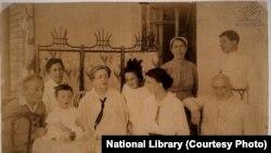 მარცხნიდან მარჯვნივ: მაკო წერეთელი, კახა ჯავახიშვილი, მარიამ ჯამბაკურ-ორბელიანი, ნათელა ჯავახიშვილი, ანასტასია და ალექსანდრე ჯამბაკურ-ორბელიანები. 1916 წ. ივანე ჯავახიშვილის გადაღებული ფოტო