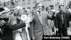 Мэр Санкт-Петербурга Анатолий Собчак (в центре) и его советник Владимир Путин (на заднем плане), сентябрь 1992 года