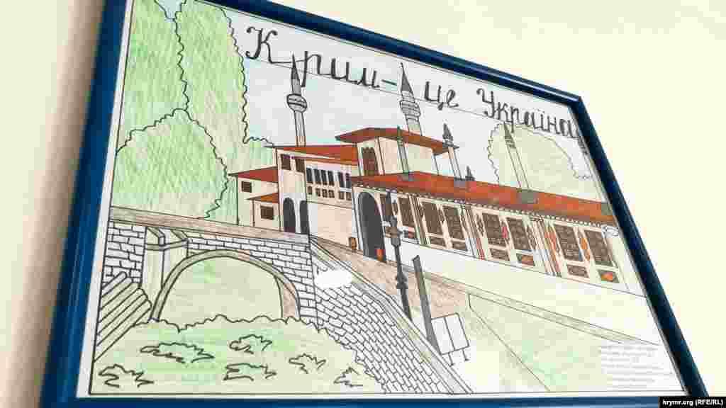 На стенах развешаны работы участников детского конкурса рисунков «Крым – это Украина»