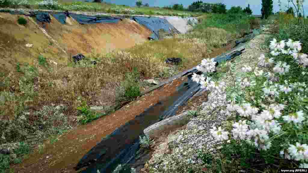Дефіцит води відчувають не тільки аграрії, а й звичайні жителі довколишніх сіл. За словами місцевих, за часів до анексії регіон жив у достатку завдяки дніпровській воді