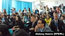 Журналисты в зале, где проходит пресс-конференция.
