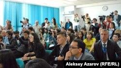 Баспасөз жиынындағы журналистер. Алматы, 15 қыркүйек 2012 жыл. (Көрнекі сурет).