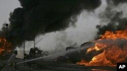 Ҳужумга учраган НАТО танкерлари ёнғинини ўчириш пайти, Кветта, 2011 йил 19 август