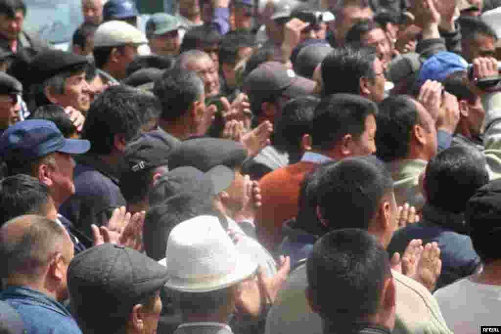 Чогулган эл менен ЖК депутаттары жана оппозиция лидерлери жолугушту. - Kyrgyzstan -- Kyrgyz Lawmakers to Discuss the Cause of the Inter-Ethnic Tensions in the Town of Petrovka,30april2009