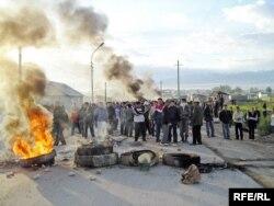 Полицияны күтіп тұрған Шаңырақ тұрғындары. Алматы, 14 шілде 2006 жыл.
