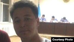 Репортер Азаттыка Оркен Жоямерген ожидает начала административного суда после задержания во время сбора информации для репортажа. Фото предоставил Алмас Максутов. Астана, 28 мая 2014 года.