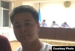Репортер Азаттыка Оркен Жоямерген ожидает начала административного суда над ним после задержания во время сбора информации для репортажа. Астана, 28 мая 2014 года.