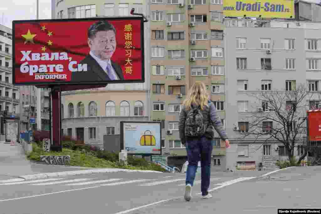 """Un panou aparent plătit de Informer, un ziar sârb aliniat cu guvernul. Mesajul este: """"Mulțumesc frate (președintele chinez) Xi"""". Panoul a fost instalat după ce China a trimis Serbiei materiale medicale, pe fondul pandemiei de coronavirus. Nu este clar câte materiale au fost plătite la livrare și câte au fost donate. China a fost criticată pe larg pentru eșecul gestionării începutului pandemiei, în focarul din Wuhan, la sfârșitul lui 2019."""