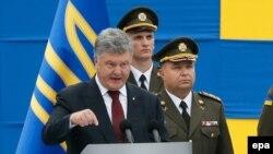 Президент Петро Порошенко (ліворуч) і міністр оборони Степан Полторак (праворуч) під час військового параду в Києві до Дня Незалежності України, 24 серпня 2016 року