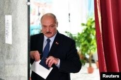 Президент Олександр Лукашенко голосує на виборчій дільниці в Міньку 9 серпня 2020 року
