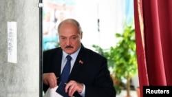 Բելառուսի գործող նախագահ Ալեքսանդր Լուկաշենկոն մասնակցում է ընտրությունների քվեարկությանը, 9 օգոստոսի, 2020թ.