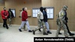 დაპატიმრებული უკრაინელი სამხედრო მოსამსახურეები მოსკოვის სასამართლოს შენობაში.